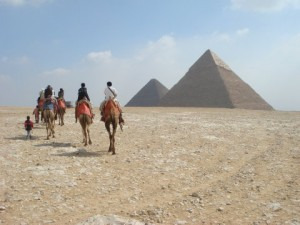 ラクダに乗って、ピラミッド~。